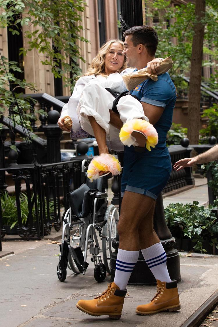 莎拉潔西卡派克腳上穿著小泉智貴 x Emilio Pucci聯名荷葉邊縐褶涼鞋。...