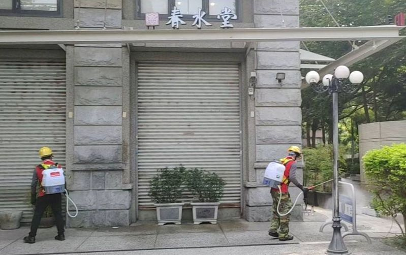 台中市環保局在今天上午9時30分,完成確診者足跡點南屯區春水堂豐樂店環境清消。圖/台中市環保局提供