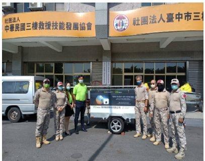 晉好能源總經理游國周(左四)代表捐贈離網儲能變流器給台中市三棲救難協會,理事長張...