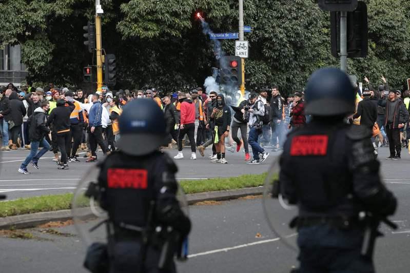 澳洲墨爾本鎮暴警察21日使用胡椒噴霧、泡棉警棍和橡皮球手榴彈,驅散政府強制要求建築工人接種COVID-19疫苗所引發的暴力示威。 法新社