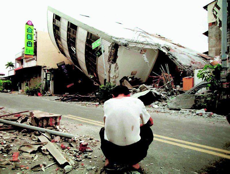 九二一大地震9月21日狂襲全台各地,無數大樓倒塌,死傷慘重。圖為震央的集集市中心,一名居民蹲在路旁,守著倒塌的房子黯然無奈。圖/聯合報系資料照片