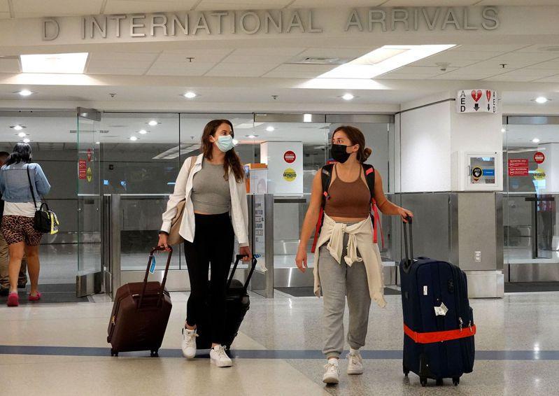 美國20日宣布將解除之前對33國的旅遊禁令,但自11月初將全面要求外國旅客入境時出示疫苗證明。圖為邁阿密機場。法新社