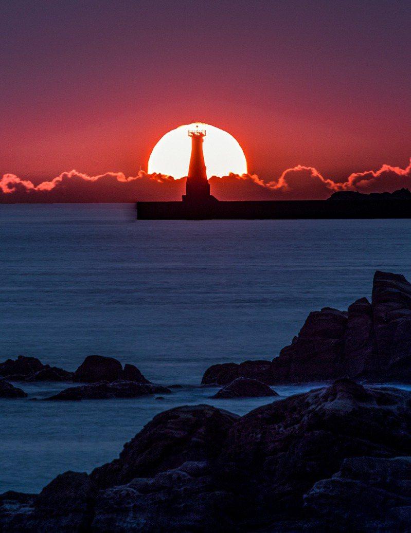 基隆外木山燈塔懸日美呆人潮爆,今中秋搶月亮風采。圖/張隆提供