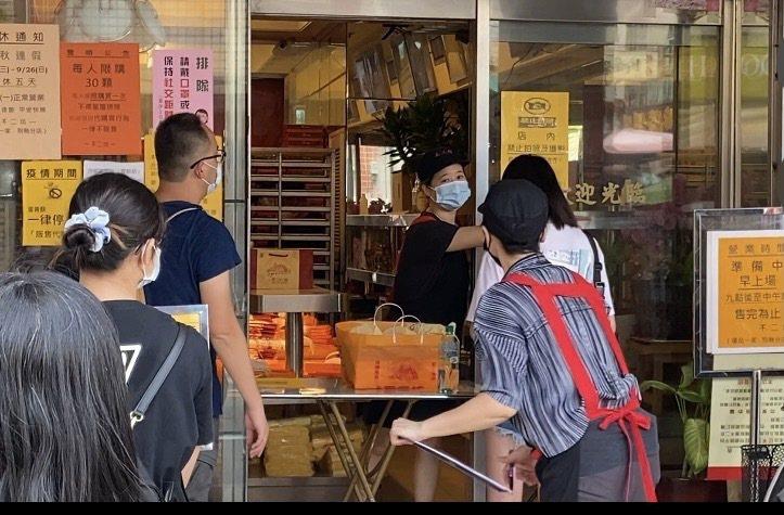 今天是中秋節,還是有許多民眾趕著節前最後一天,到彰化不二坊排隊買蛋黃酥。記者劉明岩/攝影