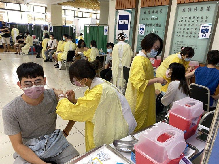 第9期公費疫苗昨天開放預約,包含BNT疫苗第1劑及高端疫苗第2劑,不少預約者反應...