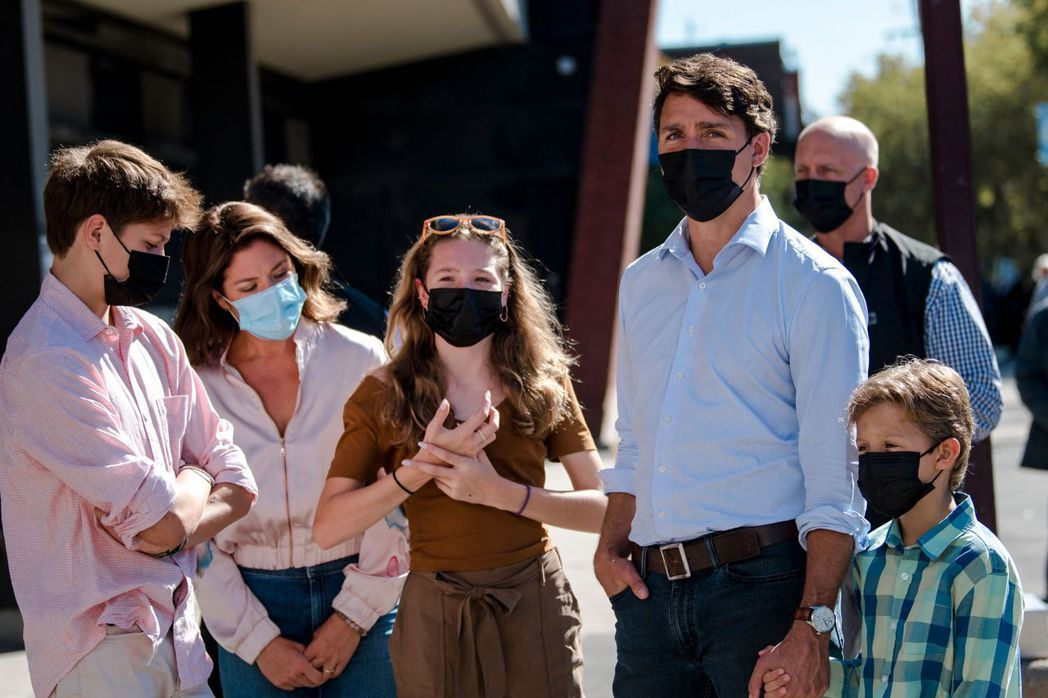 加拿大總理杜魯多(右二)20日帶著全家人一起去投票。法新社