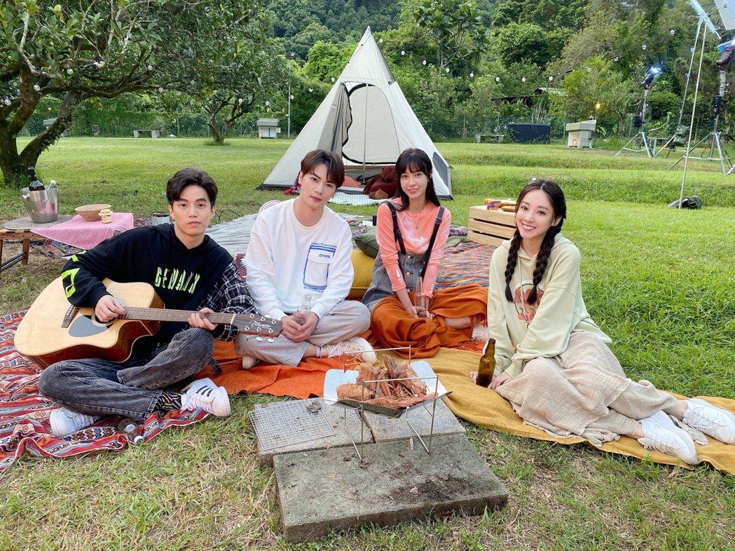 古曜威(左二)抱病拍攝新歌MV,右起為安婕希、陳敬宣、徐謀俊。圖/單純夢想文創事...