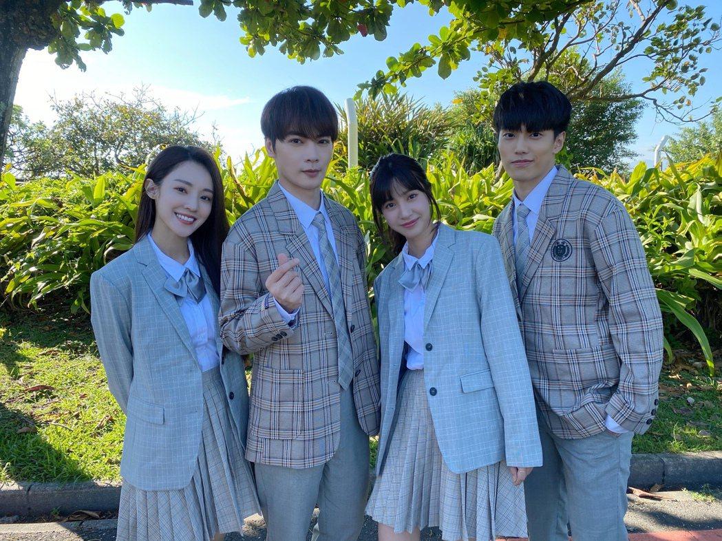 古曜威(左二)和安婕希(左起)、陳敬宣、徐謀俊在MV中是高中同窗。圖/單純夢想文...
