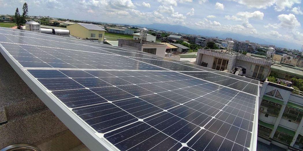 嘉義市住屋屋頂裝設綠能,今起評估新裝設者,售電回饋提高至所得20%。圖/嘉義市政...