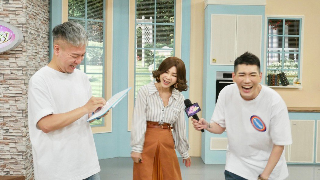陳美鳳接受「娛樂超skr」節目主持人阿甘、小路拷問。圖/民視提供