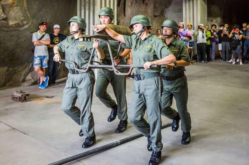 金門熱門景點獅山砲陣地,過往每年約可吸引24萬人次的觀光客,圖為最受歡迎的砲操演出。圖/讀者提供