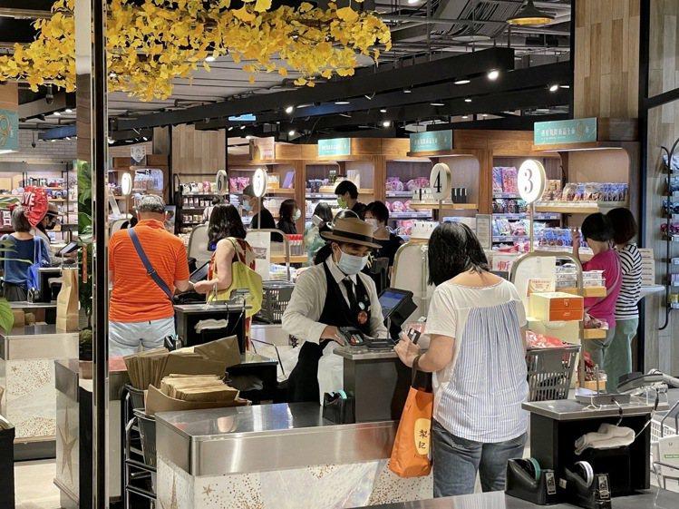 微風超市Breeze Super受益於中秋連假在家烤肉潮,精肉、海鮮食材、熟食熱...