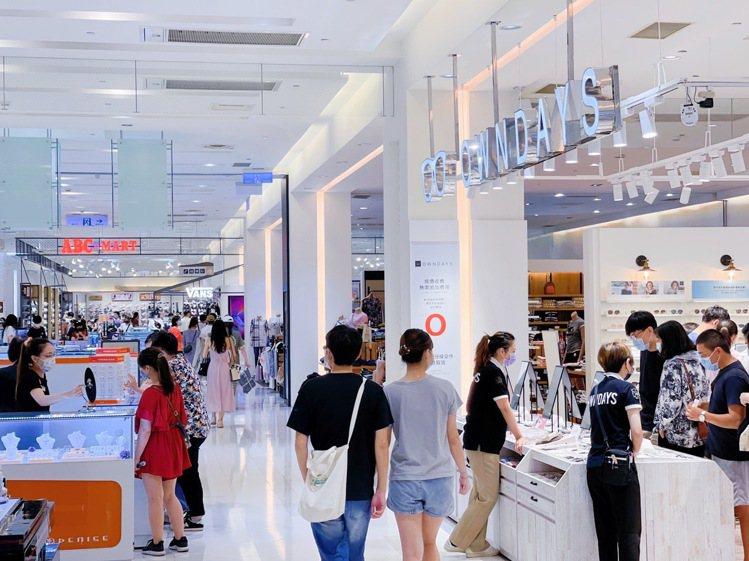 遠百花蓮店新櫃OWNDAYS、ABC-MART進駐,吸引人潮。圖/遠百提供