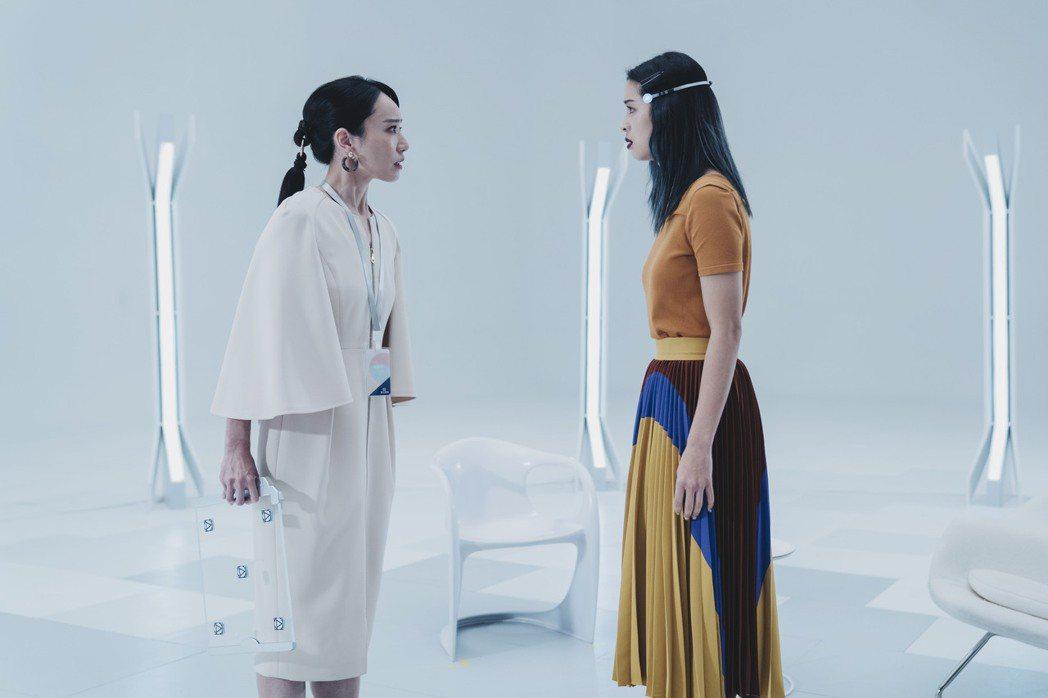 莫允雯(右)和飾演心理諮商師的林子熙在「刺蝟法則」透過記憶重建室「坦誠相見」。圖