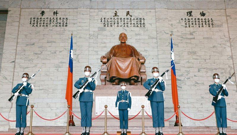 促轉會日前提出「中正紀念堂園區轉型方案」,主張蔣中正銅像為威權象徵擬移除。聯合報系資料照片