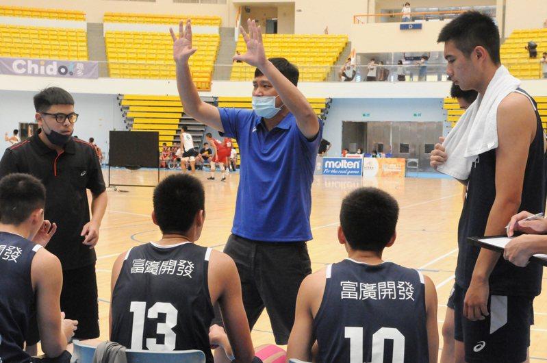 東泰高中教練高丁國柱暫停時間示範動作。記者曾思儒/攝影