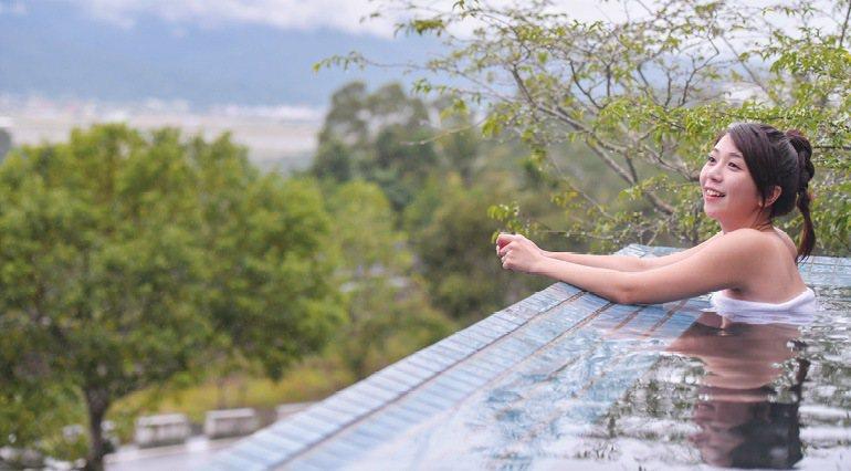 花蓮太平洋溫泉季將於10月登場,縣府今年以「英雄美人.雙泉濯暖」為主題,邀請遊客到花蓮泡好湯。圖/花蓮縣政府提供