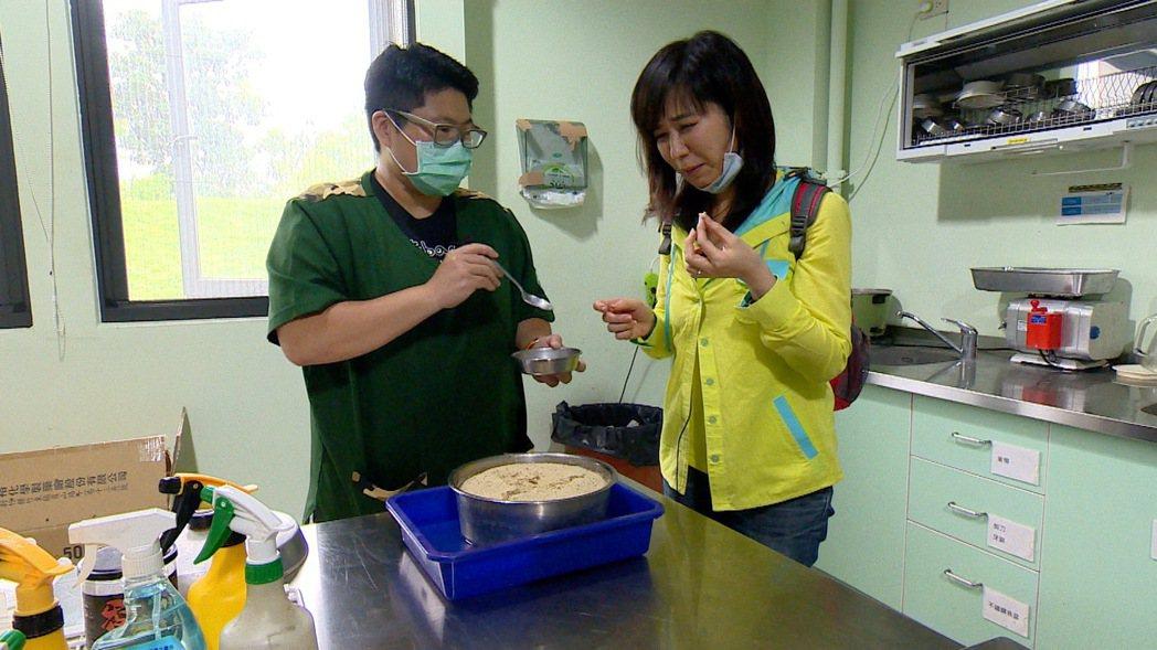 白心儀(右)試吃為穿山甲製作的螞蟻碎蛋糕。圖/東森提供