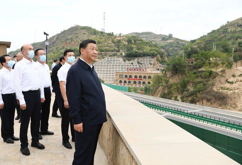中國大陸國家主席習近平正在整頓大陸房地產業,如何處理恒大倒債危機,將考驗他的決心。圖為習近平14日視察陝西省的村莊。新華社