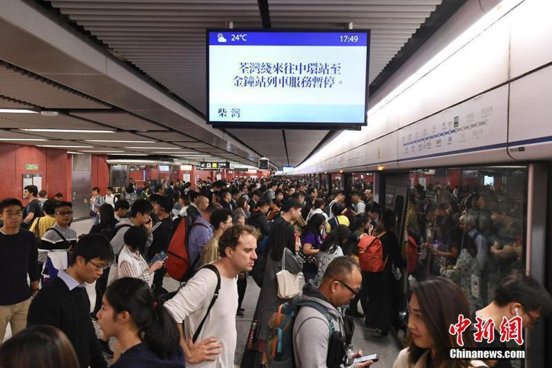 港媒報導,香港警方國安處目標已擴大至香港的公共機構,鎖定醫院管理局及港鐵涉嫌「反中」的人士。圖翻攝自中新網