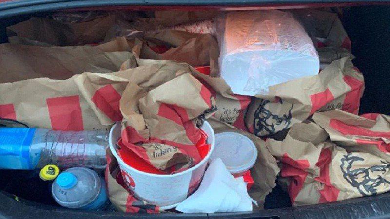 紐西蘭警方20日表示,2名據稱是幫派分子的男子前一天被發現開著後車廂「滿是肯德基」外帶餐點的汽車,試圖進入封城抗疫中的奧克蘭,至少有3個肯德基炸雞桶、約10杯高麗菜沙拉、一大包炸薯條和裝有其他肯德基餐點的4個大袋子。畫面翻攝:tvnz.co.nz