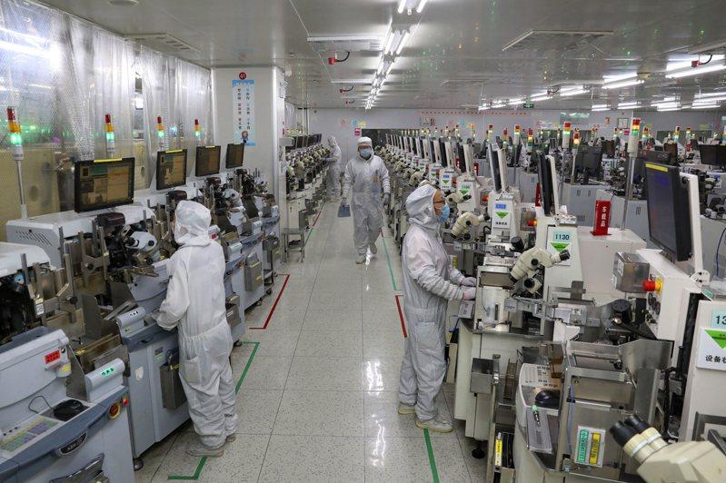 新能源、電晶體等製造業,及化工、鋼鐵、機械設備等擁抱升級大方向的傳統行業,近期將成市場熱點。美聯社
