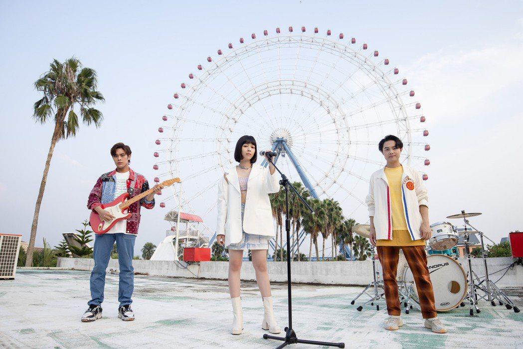 告五人在歌迷敲碗下推出「愛在夏天」MV。圖/相信音樂提供