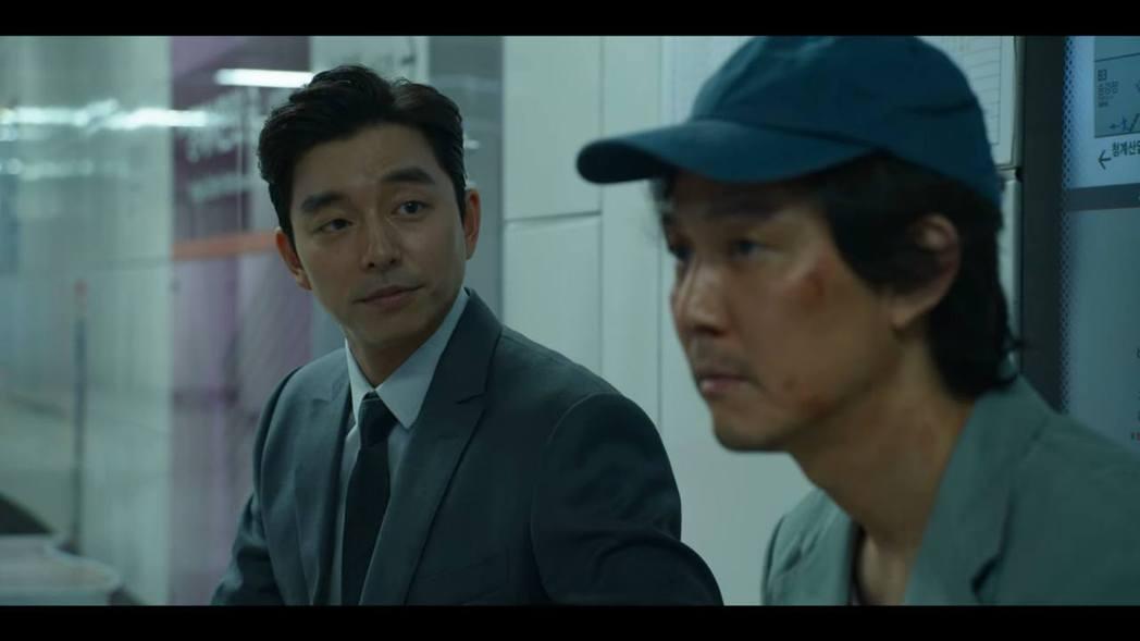 孔劉(左)在「魷魚遊戲」首集、最後一集客串,與李政宰的對手戲非常精采。圖/Net...