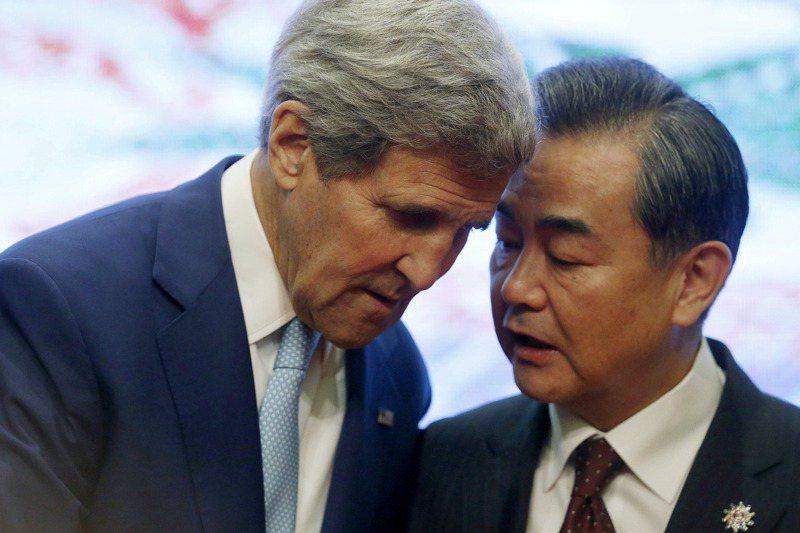 拜登的氣候變遷特使柯瑞(John Kerry)是少數還能與中國頻繁接觸的美方官員。右為中國大陸外交部長王毅。路透資料照片