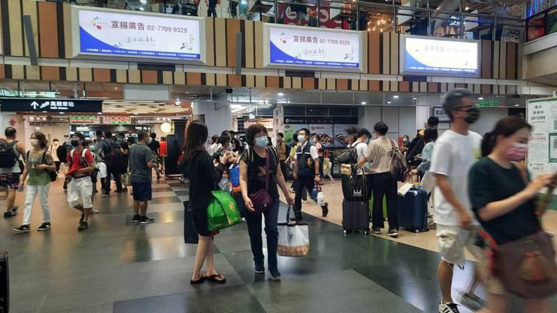 今天中秋連假最後一天,高雄左營高鐵、台鐵車站內出現大批收假乘車人潮。記者陳玫伶/攝影