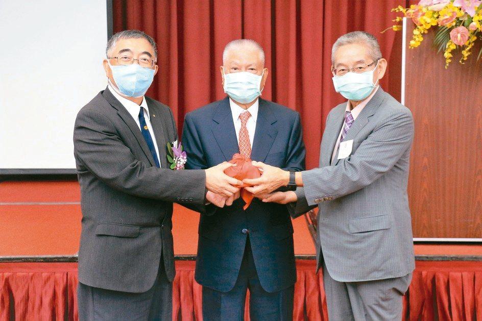 台灣塑膠製品工業同業公會理事長交接,第19屆理事長鄭立雄(左起)、聯賓塑膠董事長...