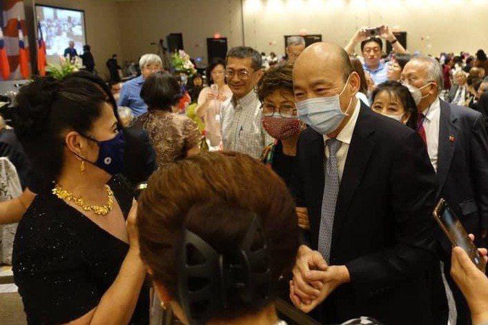 韓國瑜出席在美國芝加哥舉行的「全美台灣同鄉聯誼會第43屆年會」,受到僑胞熱情簇擁。 圖/翻攝自韓國瑜臉書