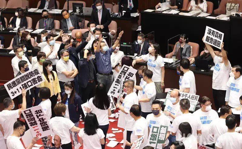 行政院長蘇貞昌上周五到立法院就國籍航空機組員隔離「3+11」決策過程專案報告,由於報告未提防疫破口與向國人道歉,國民黨立委群起拿手舉牌抗議,並撕掉報告書丟向蘇貞昌。記者潘俊宏/攝影