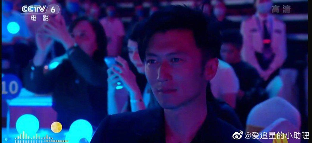 謝霆鋒在女友王菲表演時表情呆滯。圖/摘自微博