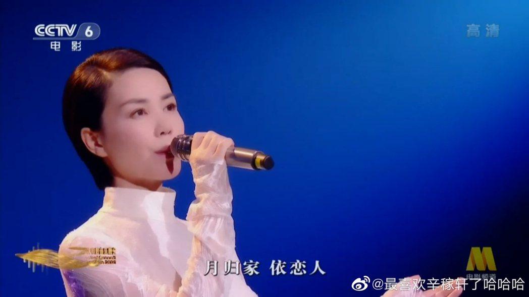 王菲在中秋晚會演唱晚會主題曲「灣」。圖/摘自微博