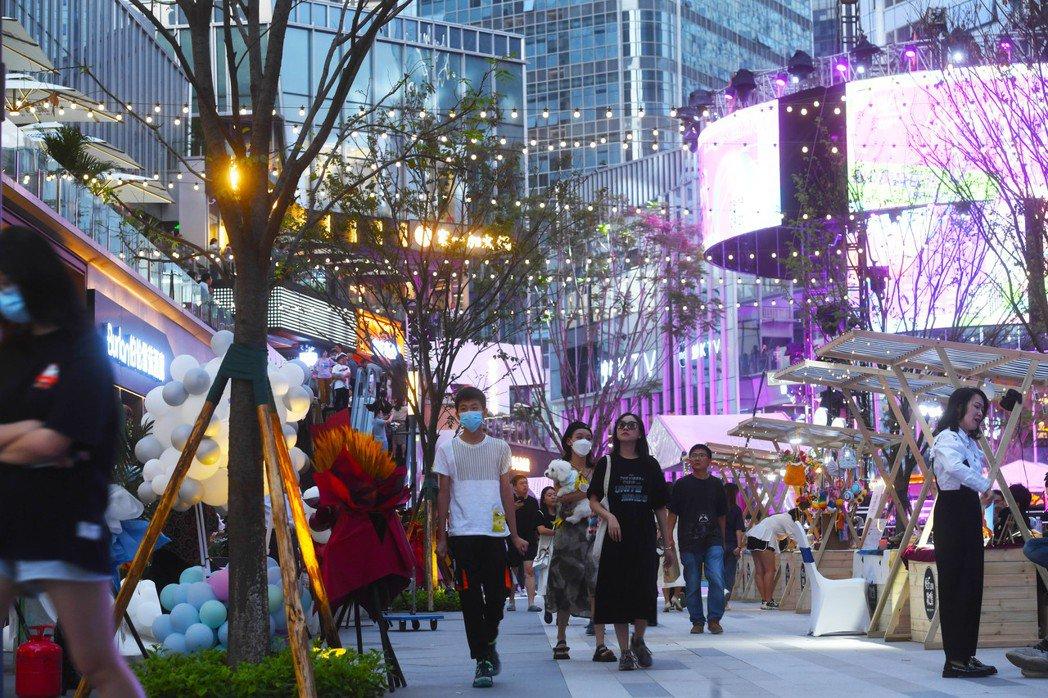 大陸經濟復甦持續,圖為重慶兩江新區金科中心商圈夜市街區的人潮,消費市場持續向好。...