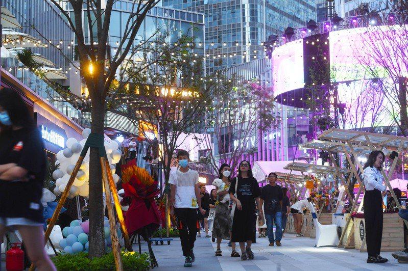 大陸經濟復甦持續,圖為重慶兩江新區金科中心商圈夜市街區的人潮,消費市場持續向好。 (中新社)