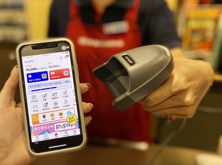 全聯教消費者五大聰明消費攻略心法,分別為「存、贈、抽、送、花」,即可將振興五倍券...