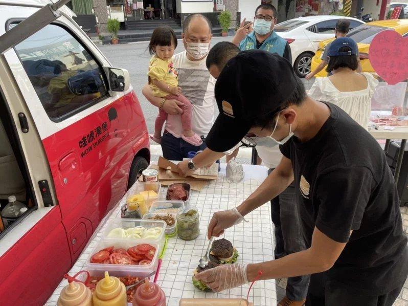 35歲陳韋強(戴黑帽者)年少曾走歹路,透過「美式漢堡公益環島」找回初心,並將盈餘...