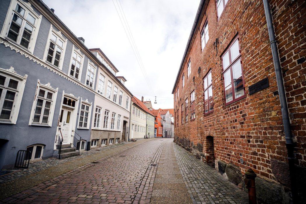 一名網友表示聽鄰居說才知道租屋處的屋齡已50年,因房東有重新裝潢過加上房租還可接...