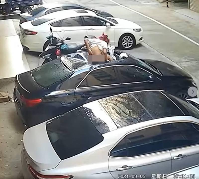 有路邊的監視器拍得1名上身穿着短袖衣、下身僅穿內褲的紅髮女子突然從天而降,腳部首先觸及車輛。(影片截圖)