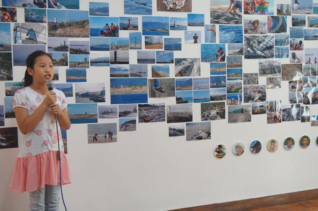 為凸顯海洋危機,當時就讀花蓮縣宜昌國小的廖妘柔,跟同學一起捕捉海洋美麗與哀愁的照...
