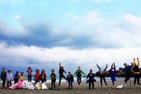 花蓮縣宜昌國小的資優班,近年教學主題圍繞著海洋,帶著孩子賞鯨、海泳,也「從小」親...
