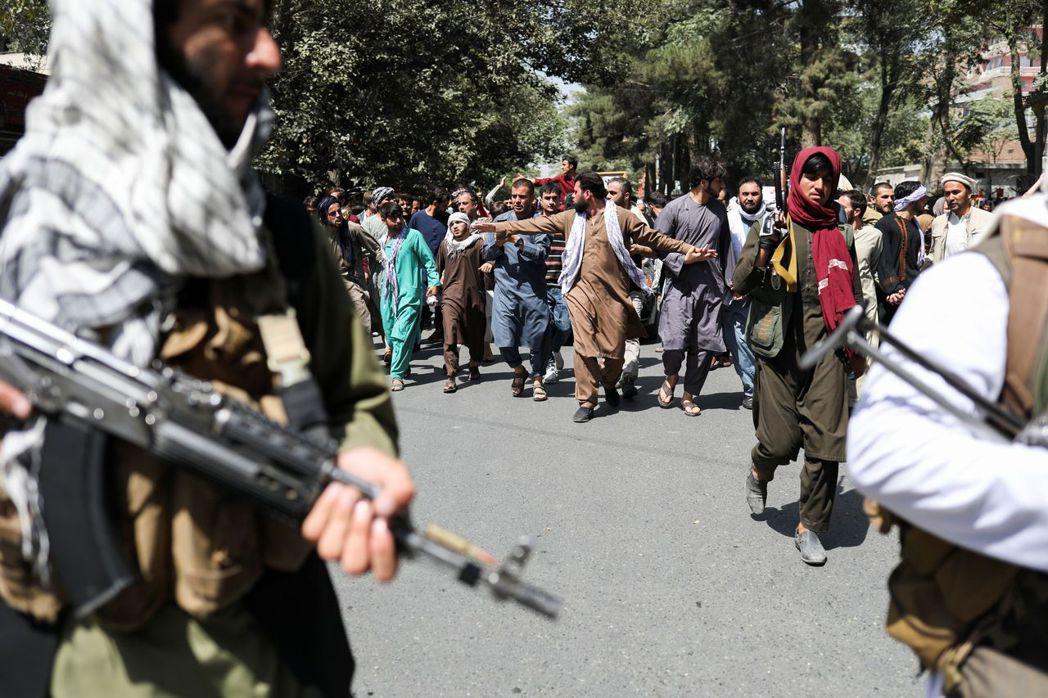 圖為9月7日上街鎮壓反巴基斯坦遊行的塔利班戰士。 圖/路透社