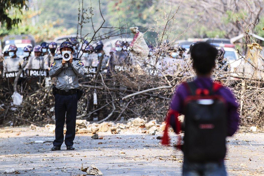 圖為上街鎮壓反抗者的緬甸警察。 圖/歐新社