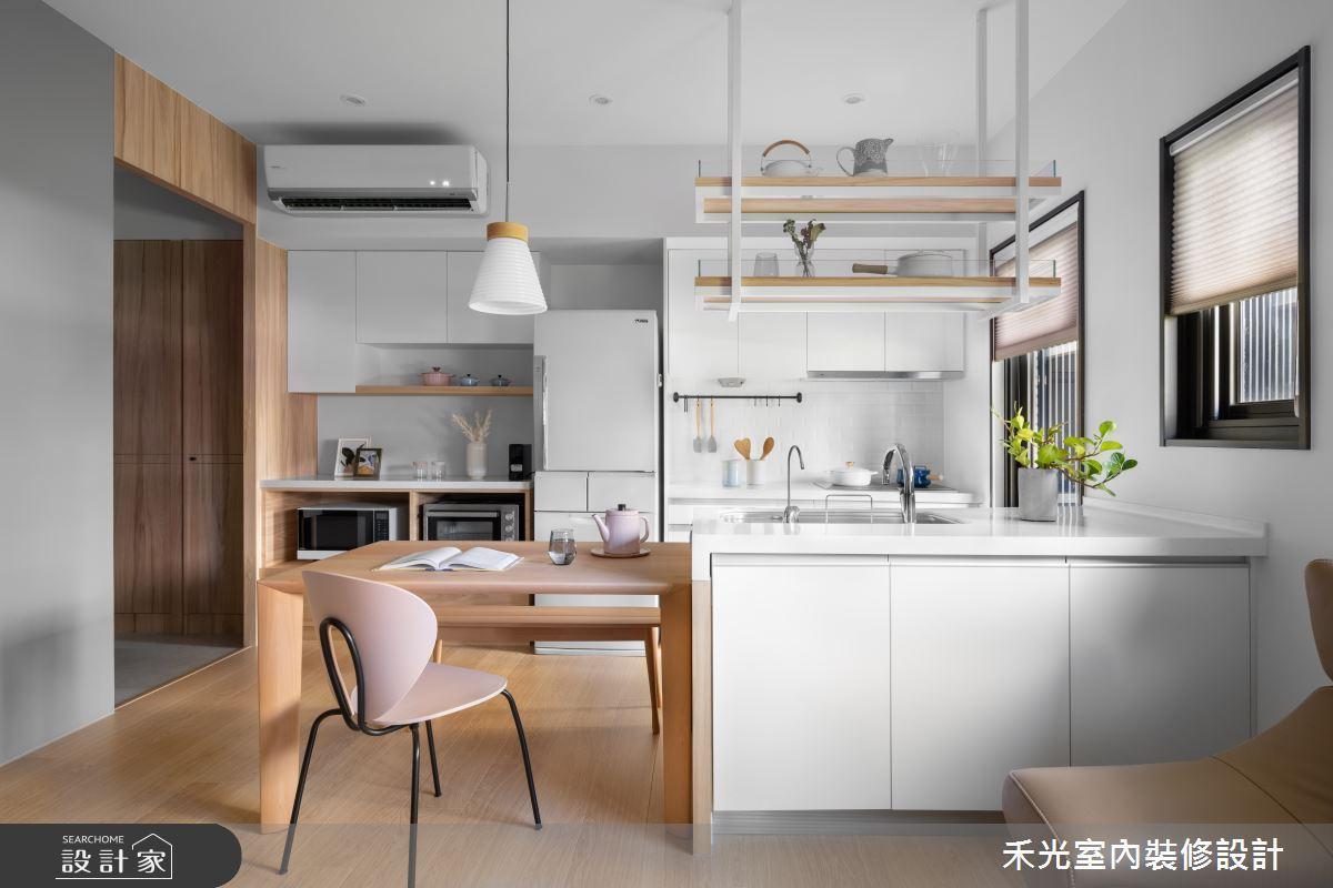 垂直收納術無所不在,網友推薦,在廚房中,可利用層板、掛勾,在牆面打造擺放杯子和鍋...