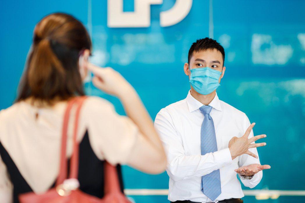北富銀行員以手語引導聽語障客戶抽取號碼牌。 圖/陳軍杉攝影