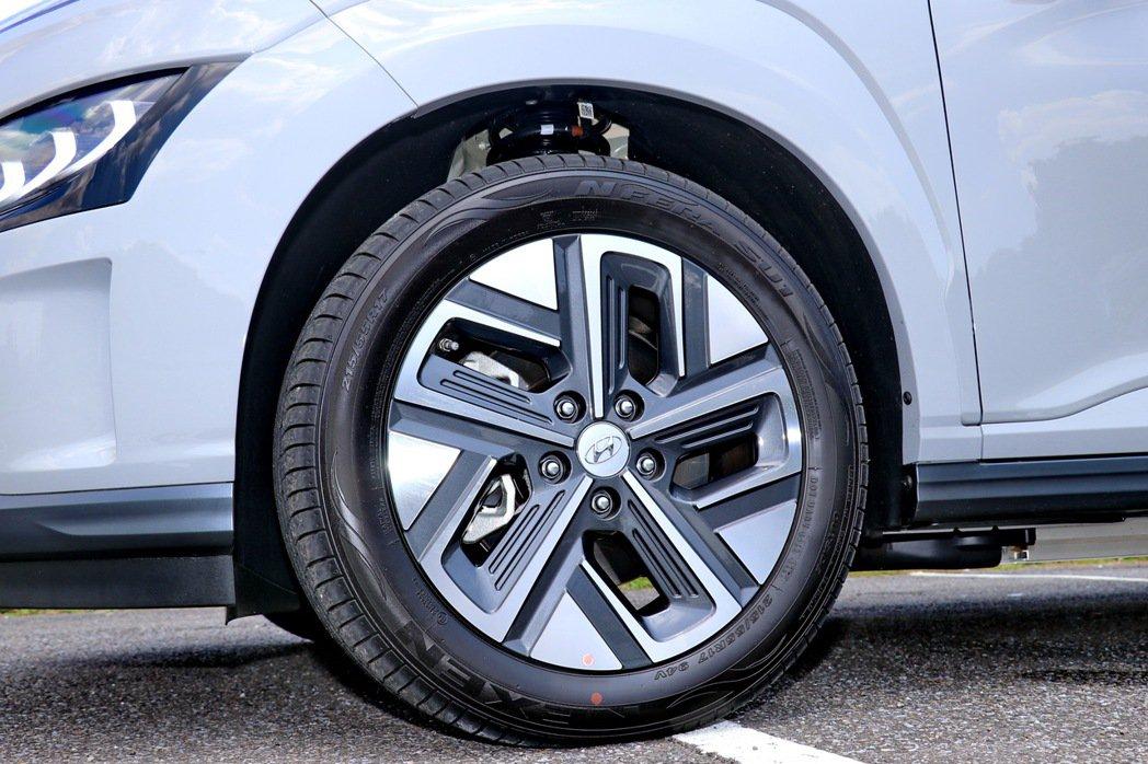 電動車型專屬17吋雙色低風阻鋁圈。 記者陳威任/攝影