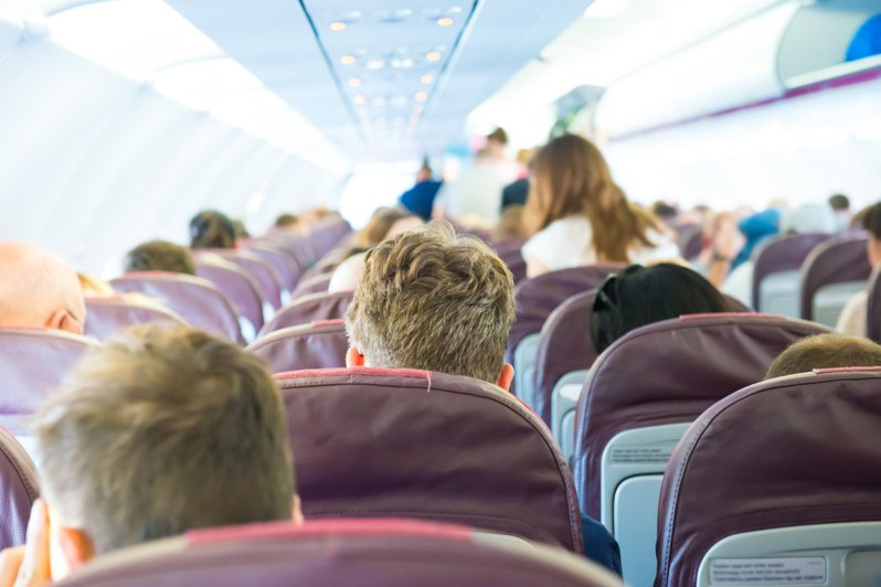 搭機坐3人座中間位能佔用2側扶手。圖/取自:ingimage(示意圖)