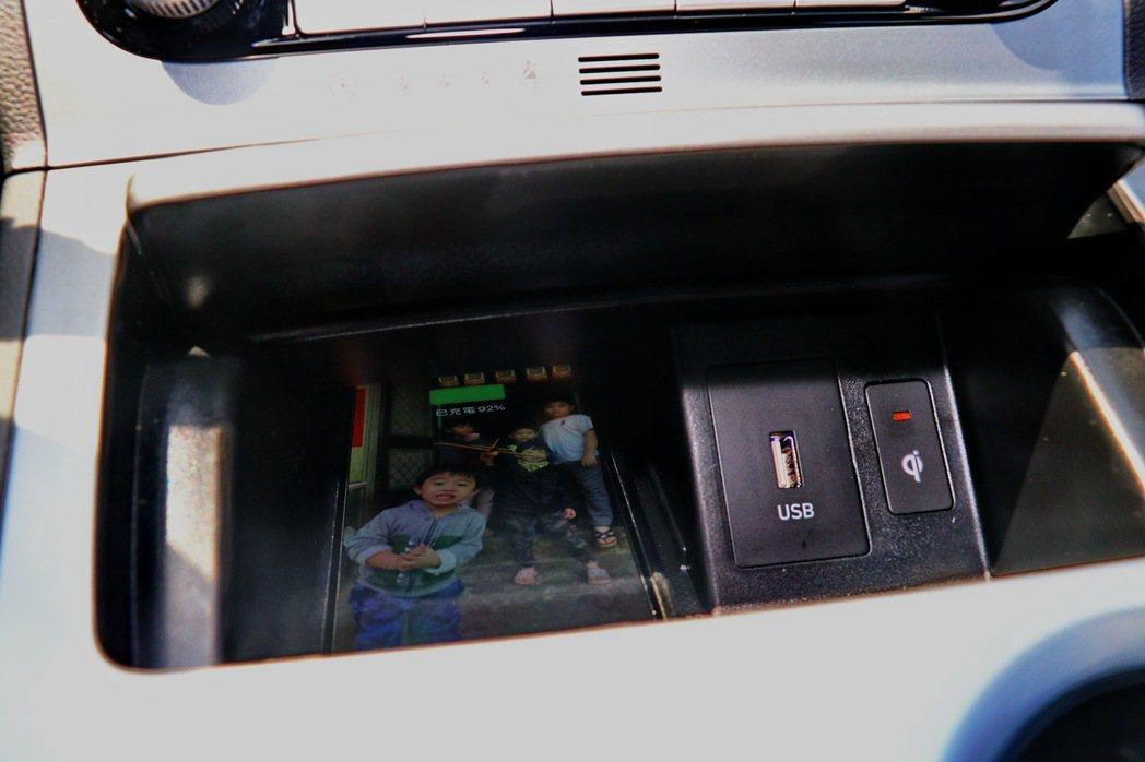 Qi無線充電座。 記者陳威任/攝影